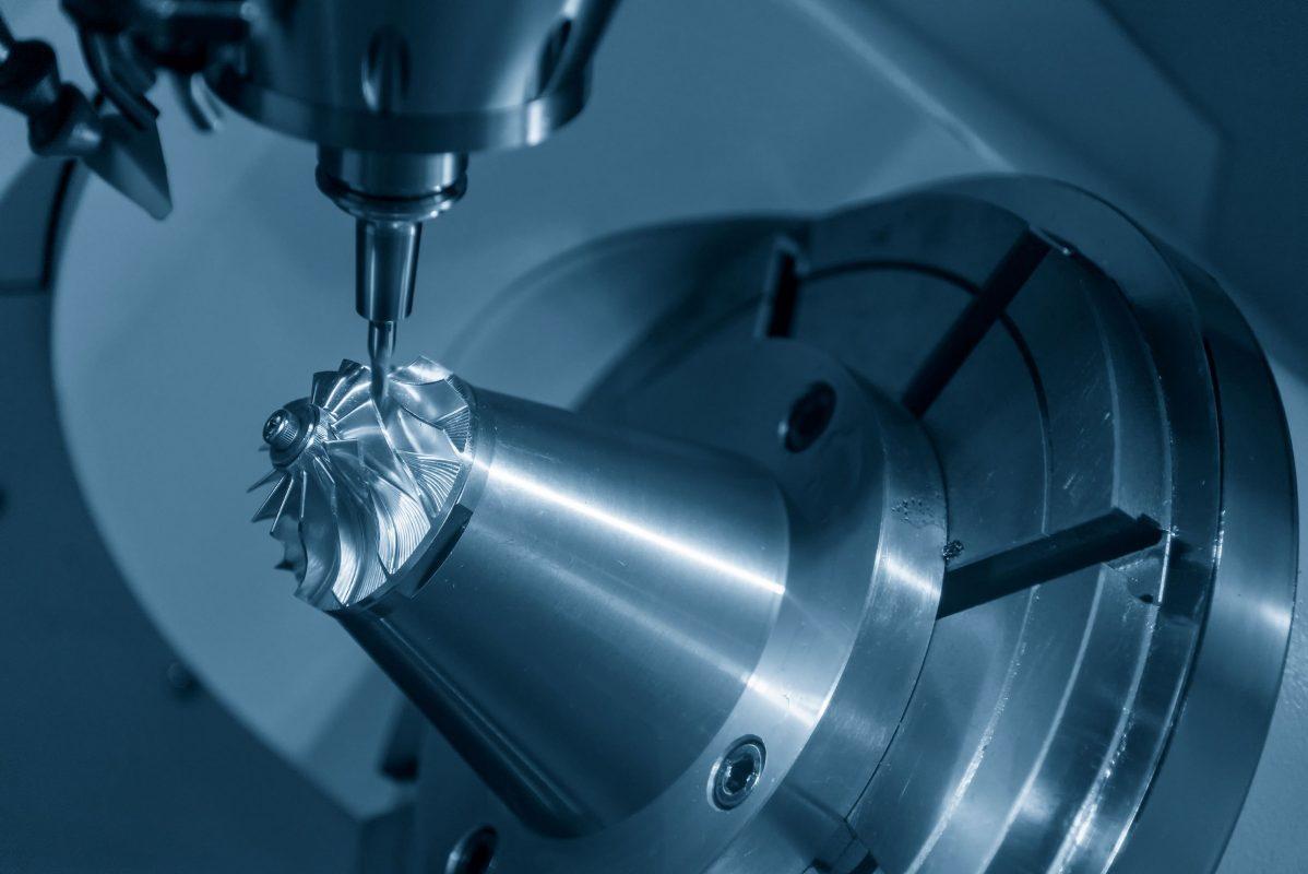 Máy phay CNC 5 trục đang cắt phần cánh quạt tua-bin bằng nhôm
